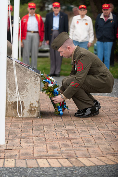 N.Z.Soldier presents a wreath at the U.S.Marines Memorial